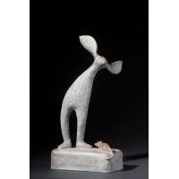 Gebogene Figur mit Maus auf Block